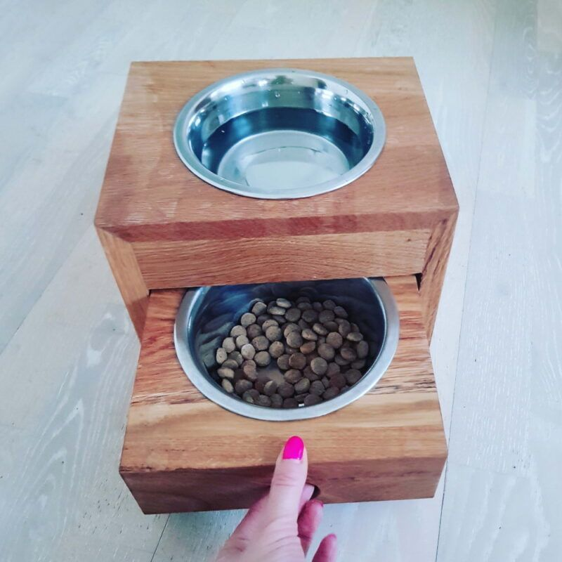 Leseno stojalo za pasje posode
